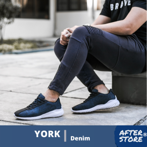 Seorang pria sedang menggunakan Sepatu Sneakers