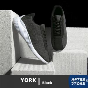 sepatu sneakers pria dengan background hitam dan putih
