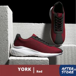 sepatu sneakers pria dengan warna merah di latar belakang hitam putih